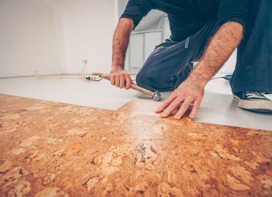 Master picks a series of cork floor cork flooring with a hammer